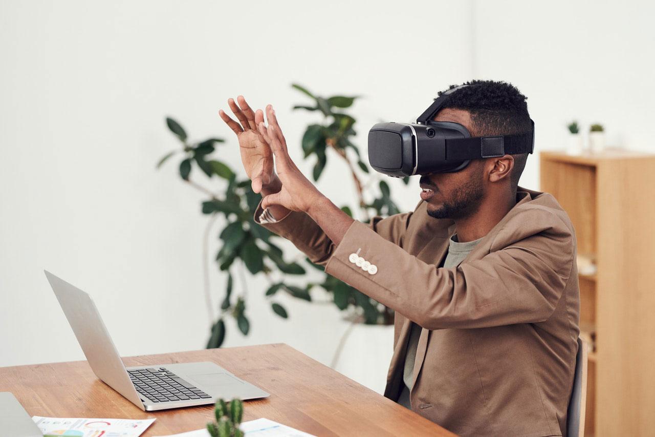 man experimenteng virtual tour